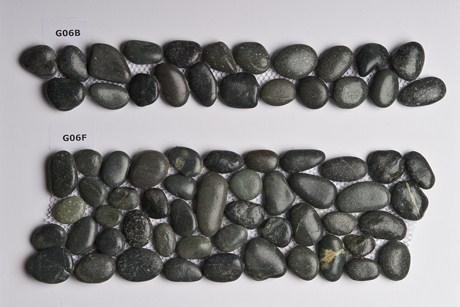 Frises galets carrelage galets for Galet noir exterieur